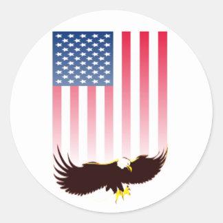 Vuelo Eagle y bandera americana Pegatina Redonda