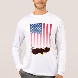 Vuelo Eagle y bandera americana Camisetas