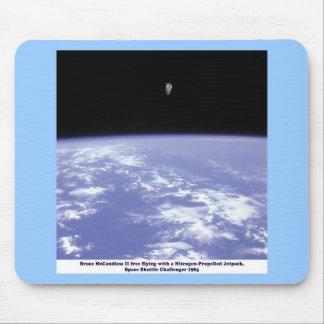 Vuelo libre de McCandless del astronauta con Tapetes De Ratón