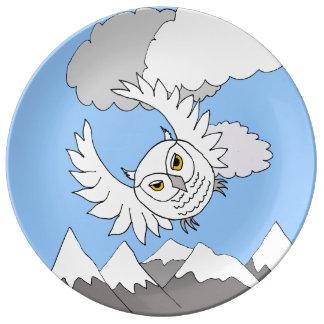 vuelo nevoso del búho sobre la placa de la platos de cerámica