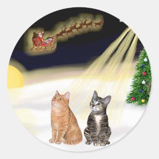 Vuelo nocturno - dos gatos de Tabby Pegatina Redonda