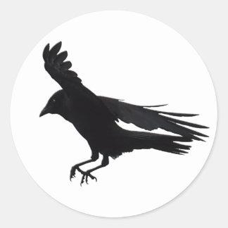Vuelo que aterriza arte negro del cuervo pegatina redonda