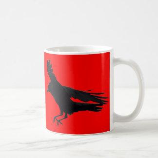 Vuelo que aterriza arte negro del cuervo taza
