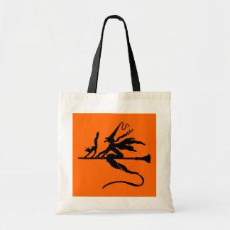 Vuelo travieso negro de la bruja y del gato en el bolsas