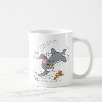 Vuelta de la caza de Tom y Jerry Taza Básica Blanca