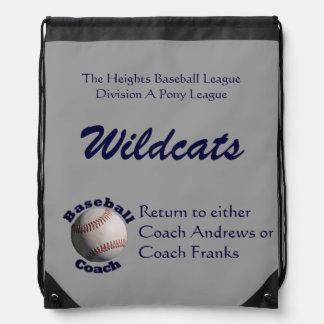 Vuelta del entrenador de béisbol al coche mochila