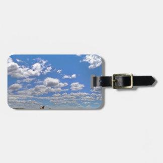 Vuelta nublada del cielo etiquetas para equipaje