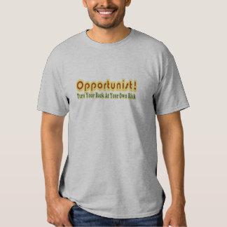Vuelta oportunista su parte posterior en propio camisas