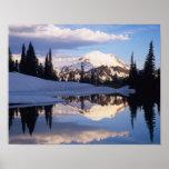 WA, el Monte Rainier NP, el Monte Rainier y nubes Poster