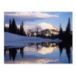 WA, el Monte Rainier NP, el Monte Rainier y nubes Tarjetas Postales