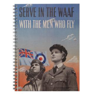 WAAF en uniforme con el piloto al lado de ella Libreta