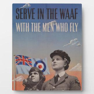 WAAF en uniforme con el piloto al lado de ella Placas Con Fotos