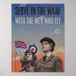 WAAF en uniforme con el piloto al lado de ella Póster