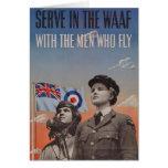 WAAF en uniforme con el piloto al lado de ella Felicitaciones