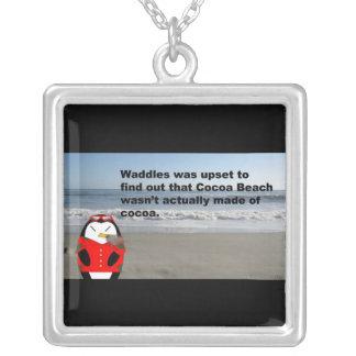 Waddles el pingüino en el collar de la playa del c