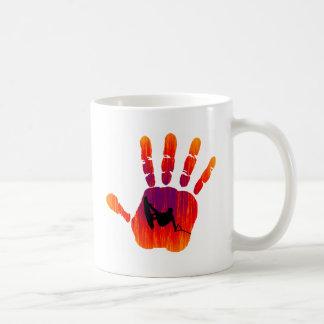 Wakeboard con las manos en la masa tazas de café