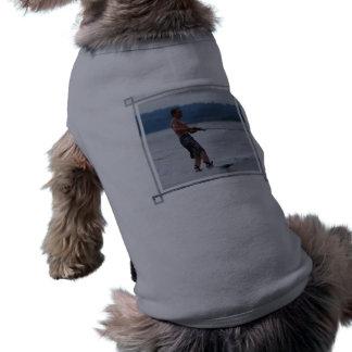 Wakeboarding en la camisa del mascota del océano camisetas de perro