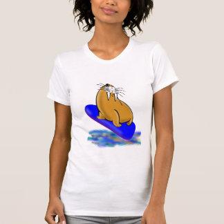 Wally la morsa va a practicar surf camiseta