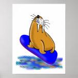 Wally la morsa va a practicar surf posters
