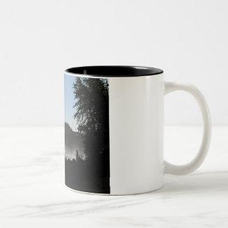 Watchin el flujo del río tazas de café