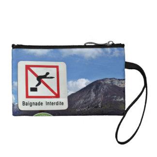 Waterscape con la señal de peligro contra la monta