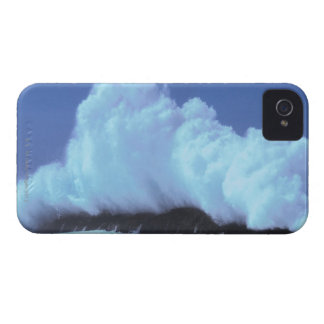 waves crashing against rocks iPhone 4 cover