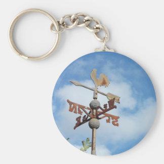 Weathervane oxidado contra el cielo azul llavero redondo tipo pin