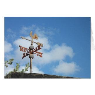 Weathervane oxidado contra el cielo azul tarjeta pequeña