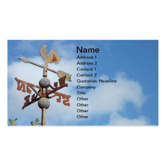 Weathervane oxidado contra el cielo azul tarjetas de visita