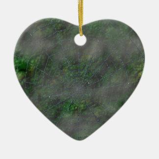 Web brumoso adorno de cerámica en forma de corazón