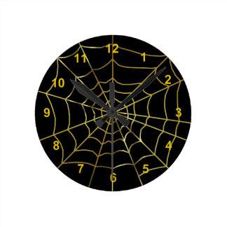 Web de araña del oro en fondo negro reloj redondo mediano