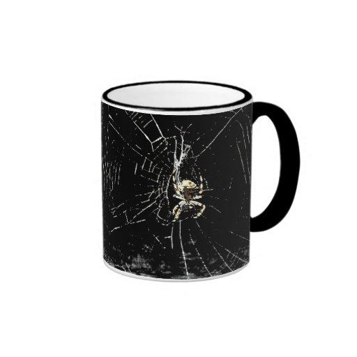 Web de araña en la medianoche tazas de café