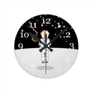 Weeing corto cogido astronauta en espacio reloj redondo mediano