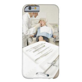 Weiblicher Zahnarzt, der kleinen Jungen überprüft iPhone 6 Case
