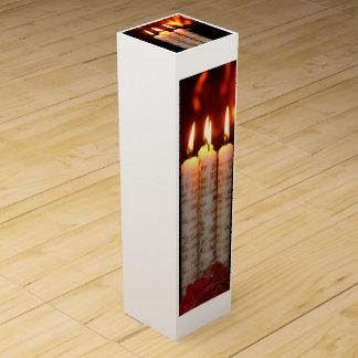 Weihnacht, adviento, candelas ardientes blancas co cajas para botellas de vino