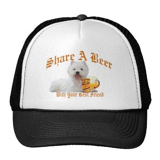 Westie comparte una cerveza gorro