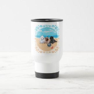 Westie con los terrieres de mojón en la playa taza de viaje de acero inoxidable