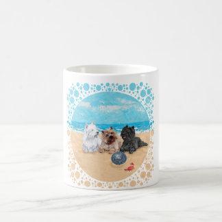 Westie con los terrieres de mojón en la playa taza básica blanca