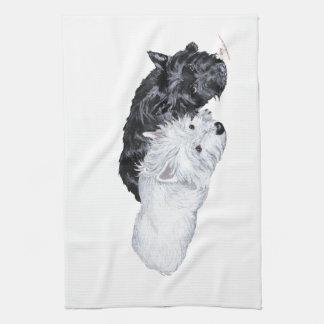 Westie y escocés en la facilidad toallas de mano