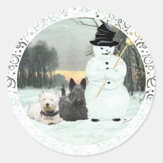 Westie y estructura del escocés un muñeco de nieve pegatina redonda
