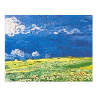Wheatfields debajo de un cielo nublado postal