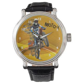Wheelie del motocrós en texto abstracto del relojes de mano