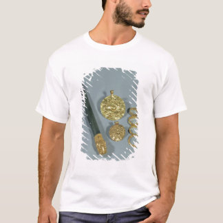 Whetstone and rings with granulated decoration, Su T-Shirt