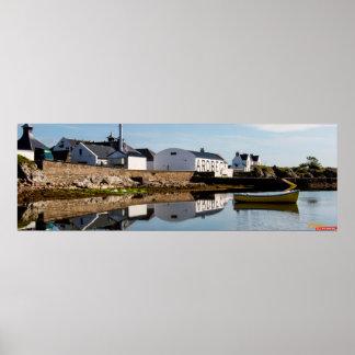 Whisky com Ardbeg en la reflexión clara del mar Posters