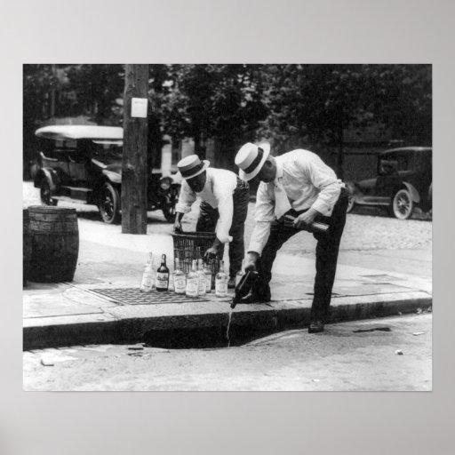 Whisky de colada en una alcantarilla, 1930. Foto Póster