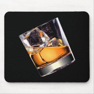 Whisky en el cojín de ratón de las rocas tapetes de ratón
