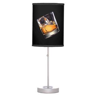 Whisky en la lámpara de mesa de las rocas