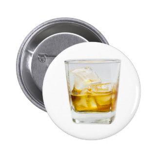 Whisky en las rocas pin redondo de 2 pulgadas
