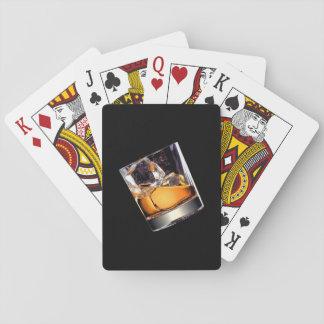 Whisky en los naipes de las rocas barajas de cartas