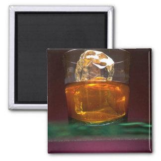 Whisky hermoso en las rocas imán de frigorifico